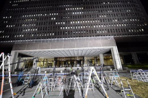 이명박 전 대통령이 검찰조사를 받고 있는 14일 서울 중앙지검에서 취재기자들의 사다리가 자리잡고 있다. 2018. 3. 14  정연호 기자 tpgod@seoul.co.kr