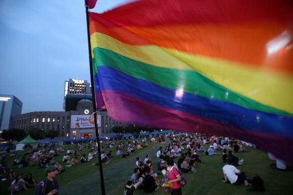지난해 7월 14일 서울광장에서 열린 퀴어문화축제 개막식에서 사회의 다양성을 존중하자는 뜻을 가리키는 무지개 깃발이 펄럭이고 있는 모습. 연합뉴스