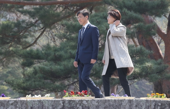 안희정 충남지사(왼쪽)와 부인 민주원 여사가 28일 오전 경남 양산시 통도사를 찾고 있다. 2017.3.28  연합뉴스