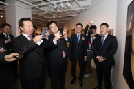 [포토] 박 전 대통령 사진 찍는 김성태·우원식 원내대…