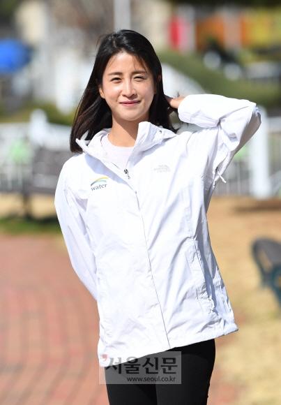 21년 만에 여자 마라톤 기록을 경신하고 5000m와 하프마라톤까지 한국기록 셋을 갈아치운 김도연(25·K워터)이 23일 대전 신탄진 본사 마당에서 봄 햇살에 눈을 살며시 찡긋거리고 있다.  대전 이호정 전문기자 hojeong@seoul.co.kr
