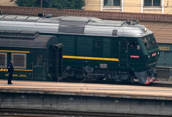 김정은 국무위원장이 탄 새 특별 열차(고유번호 DF11z-0002A)가 지난 26일 중국 베이징에 들어가고 있다.  베이징 로이터 연합뉴스