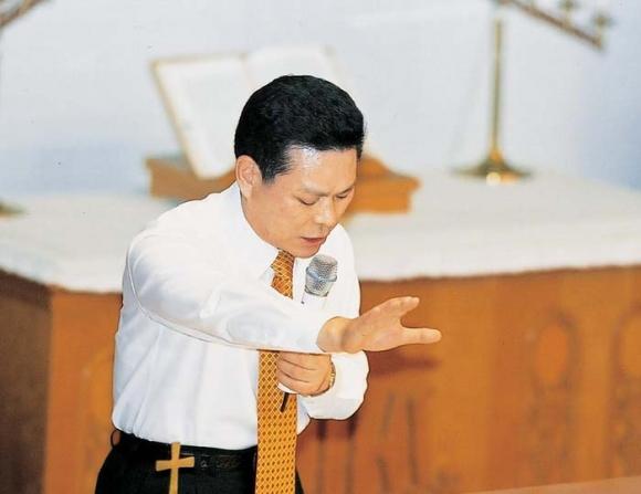 만민중앙교회 이재록 목사 부흥성회에서 환자기도를 하는 이재록 만민중앙교회 목사 GCN방송 홈페이지