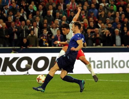 '잘츠부르크 4강 기적' 이끈 황희찬 쐐기골 황희찬(뒤·잘츠부르크)이 13일 오스트리아 슈타디온 잘츠부르크로 불러들인 라치오(이탈리아)와의 유럽축구연맹(UEFA) 유로파리그 8강 2차전에서 2-1로 앞선 후반 29분 마르코 파롤로의 견제를 뚫고 슈팅을 쏘며 쐐기골로 연결하고 있다. 황희찬의 극적인 골 등으로 4-1로 대승한 잘츠부르크는 1, 2차전 합계 6-5로 이겨 4강에 진출했다.  잘츠부르크 AFP 연합뉴스