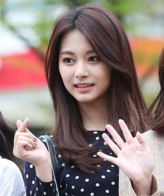 트와이스 쯔위, 두근두근 모닝 하트 트와이스 쯔위가 13일 오전 서울 여의도 KBS 신관 공개홀에서 열린 KBS2 '뮤직뱅크'(뮤뱅) 리허설을 하기 위해 방송국으로 들어서며 인사를 하고 있다.  뉴스1
