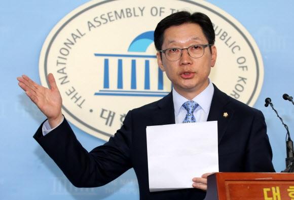 더불어민주당 김경수 의원이 지난 14일 오후 국회 정론관에서 '민주당 당원 댓글공작'에 연루됐다는 한 매체 보도와 관련한 기자회견을 하고 있다. 연합뉴스