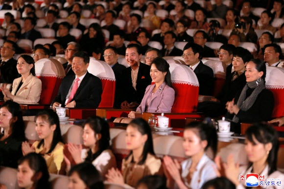 중국 발레단 공연 관람하는 리설주
