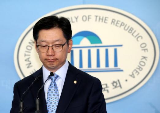 김경수 더불어민주당 의원이 지난 14일 국회 정론관에서 기자회견을 열고 '민주당 당원 댓글공작'에 연루됐다는 의혹에 대해 해명하고 있다.  연합뉴스