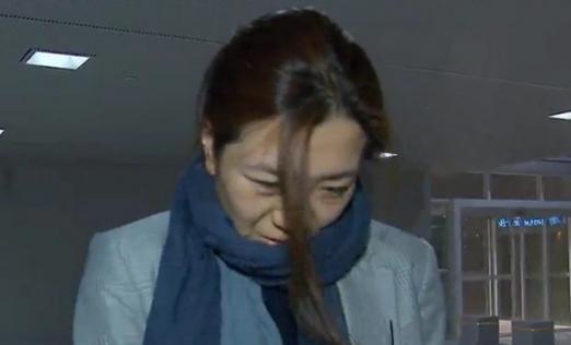 '물벼락 갑질' 논란에 휘말린 조현민 대한항공 전무가 15일 새벽 인천국제공항을 통해 입국하고 있다.  MBC 방송화면 캡처