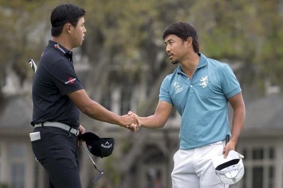 김시우가 16일 미국프로골프(PGA) 투어 RBC 헤리티지 연장 세 번째 홀에서 버디 퍼트에 성공해 우승한 고다이라와 악수를 나누고 있다.AP 연합뉴스
