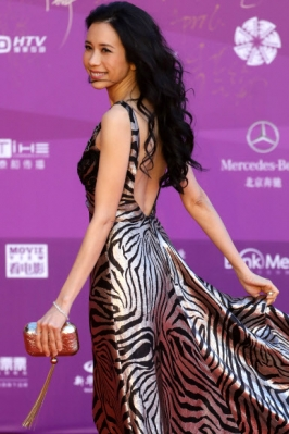 홍콩 배우 막문위(Karen Mok)가 15일(현지시간) 중국 베이징에서 열린 '제8회 베이징 국제 영화제(the 8th Beijing International Film Festival)' 오프닝 세레모니 레드카펫 위에서 멋진 포즈를 취하고 있다. EPA 연합뉴스
