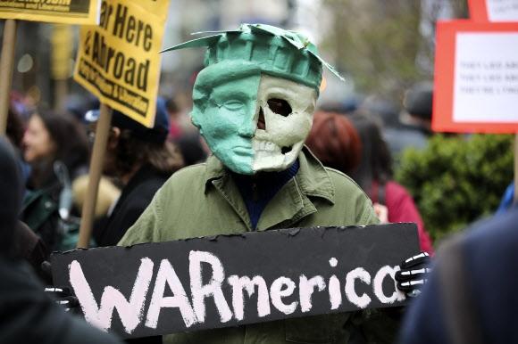 지구촌 곳곳 반전 시위 15일(현지시간) 전 세계에서 미국과 영국·프랑스 연합군의 시리아 공습을 반대하는 시위가 이어진 가운데 뉴욕에서 한 시민이 전쟁(War)과 미국(America)의 합성어인 '워메리카'(Warmerica)라고 쓰여진 피켓을 들고 시리아전 개입에 항의하고 있다. 뉴욕 신화 연합뉴스