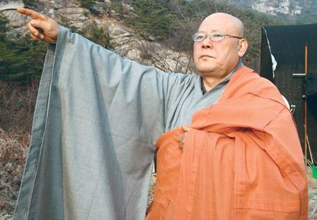 혜안 스님이 북한산 서암사지 문화재복원사업을 추진하게 된 경위를 설명하고 있다.