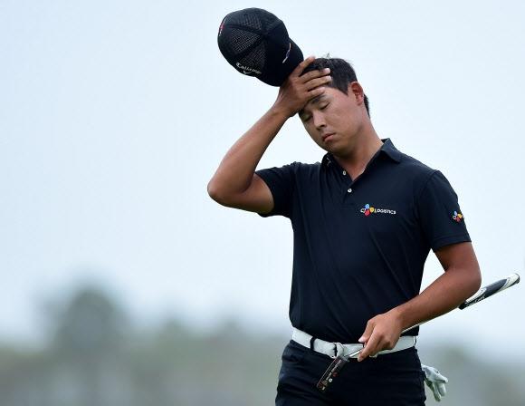 김시우가 18번홀에서 1.5m짜리 버디 퍼팅을 놓친 뒤 모자를 벗고 실망스러운 표정을 짓고 있다.  힐튼헤드 게티/AFP 연합뉴스