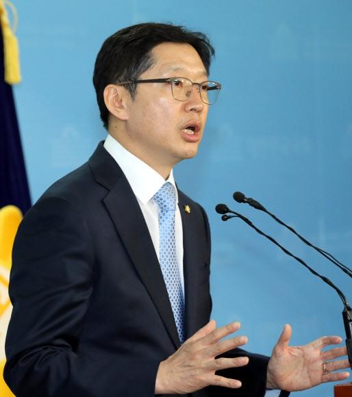 입장 말하는 김경수 의원 '민주당 당원 댓글공작'과 관련 의혹을 받는 더불어민주당 김경수 의원이 16일 오후 국회 정론관에서 입장을 밝히고 있다. 연합뉴스