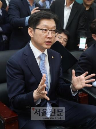 '인터넷 여론 조작 사건' 관여 의혹을 받고 있는 더불어민주당 김경수 의원이 16일 오후 국회 정론관에서 기자회견을 한 뒤 질의응답을 위해 대변일실로 와 이야기하고 있다. 이종원 선임기자. jongwon@seoul.c.kr