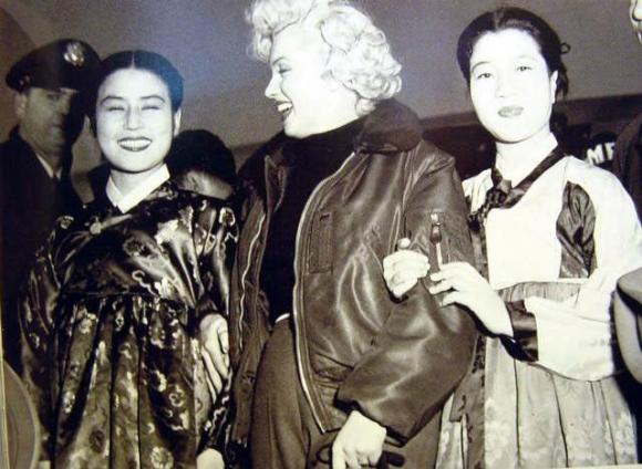 세기의 스타 메릴린 먼로(가운데)가 1954년 2월 주한미군 위문차 방한했을 때 당대 최고의 여배우였던 최은희(왼쪽)와 백성희(오른쪽)가 그를 맞이하고 있다. 서울신문 DB