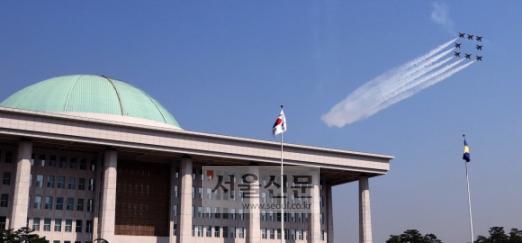 대한민국 공군 특수비행팀 블랙이글스가 17일 서울 여의도 국회 상공을 비행하고 있다. 이번 비행은 21일 태권도 '평화의 함성' 행사를 위한 축하비행의 사전 비행으로 펼쳐졌다. 2018.4.17.     이종원 선임기자 jongwon@seoul.co.kr