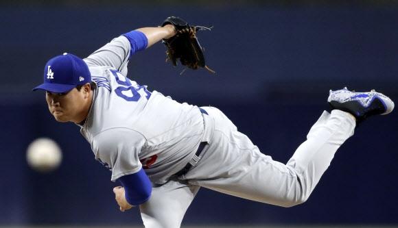 다저스 류현진이 17일 펫코파크에서 열린 미국프로야구 샌디에이고 원정전 1회말 힘차게 역투하고 있다. AP 연합뉴스