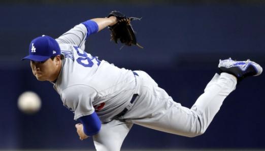 LA 다저스의 류현진이 16일(현지시간)  미국 캘리포니아주 샌디에이고 펫코파크에서 열린 2018 미국프로야구 메이저리그(MLB) 샌디에이고 파드리스와의 경기에서 역투하고 있다. AP 연합뉴스