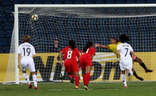 월드컵에서도 이렇게 여자축구 대표 이민아(오른쪽)가 17일(한국시간) 요르단 암만 인터내셔널 스타디움에서 열린 필리핀과의 아시아축구연맹(AFC) 아시안컵 5·6위 결정전에서 1-0으로 앞선 전반 추가시간 2분 시원하게 골 그물을 흔들고 있다. 전반 34분 장슬기, 후반 11분 임선주, 후반 21분과 39분 조소현의 골을 묶어 5-0으로 이긴 한국은 두 대회 연속 월드컵에 나선다. 암만 AFP 연합뉴스