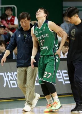 2017~18시즌 프로농구 챔피언 결정 5차전에서 부상을 당한 김현호(DB)가 고통스러운 표정으로 벤치로 걸어가고 있다. 원주 연합뉴스