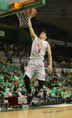 김선형(SK)이 2017~18시즌 프로농구 챔피언 결정 5차전에서 덩크슛을 하고 있다. 뉴스1