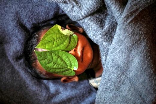 지난해 12월 4일 방글라데시 콕스 바자르 인근 발루칼리 난민촌에서 생후 11개월 된 아기의 시신이 포대에 싸여 있다. 가족은 나뭇잎으로 아기의 얼굴을 가렸다. 로힝야 난민의 처참한 현실을 담은 로이터통신의 사진들은 퓰리처상 특집사진 부문 수상작으로 선정됐다. 콕스 바자르 로이터 연합뉴스