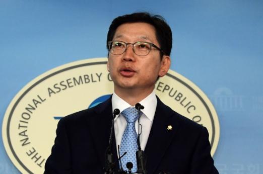 지난 16일 김경수 의원이 국회에서 기자회견을 열고 더불어민주당원 댓글조작 사건에 연루됐다는 의혹을 부인하고 있다. 이종원 선임기자 jongwon@seoul.co.kr
