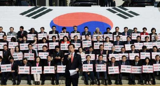 야당은 17일 더불어민주당 당원의 인터넷 댓글 조작 사건에 대해 강력히 항의하며 공세를 이어 갔다. 김성태(가운데) 한국당 원내대표가 국회에서 소속 의원이 참석한 가운데 '대한민국 헌정수호 자유한국당 투쟁본부 출정식'을 열고 발언하고 있는 모습. 이종원 선임기자 jongwon@seoul.co.kr