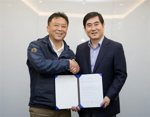 최우수(오른쪽) 삼성전자서비스 대표이사와 나두식 삼성전자서비스 지회장이 17일 서울 가든호텔에서 협력업체 직원 직접고용 합의서에 서명한 뒤 악수하고 있다.  삼성전자서비스 제공