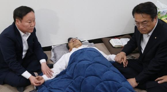 단식농성 닷새째인 이정현 새누리당 대표가 30일 오후 국회 대표실을 찾아온 김재원 청와대 정무수석을 맞이해 누운 채 이야기하고 있다. 오른쪽은 정진석 원내대표. 2016.9.30 정연호 기자 tpgod@seoul.co.kr