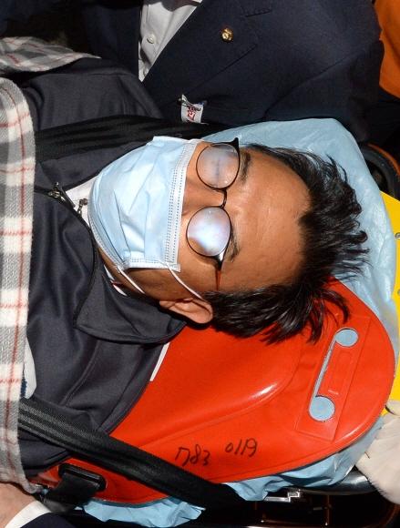 병원으로 이송되는 이정현 대표 단식중단을 결정한 이정현 새누리당 대표가 2일 오후 단식을 끝내고 당대표실을 나와 병원으로 이송되고 있다. 2016.10.2 이종원선임기자 jongwon@seoul.co.kr