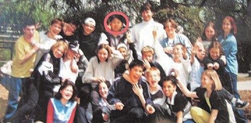 김정은(빨간 동그라미)이 스위스 베른에서 다녔던 학교 친구들과 함께 찍은 기념 사진.