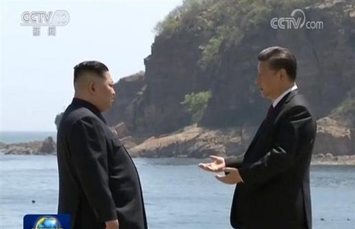 해변에서 단독 회동 갖는 김정은-시진핑 8일 저녁 중국 관영언론인 CCTV가 김정은 북한 국무위원장과 시진핑 중국 국가주석이 중국 다롄에서 회동을 가졌다고 보도했다. 2018.5.8 [중국CCTV 캡쳐=뉴스1]