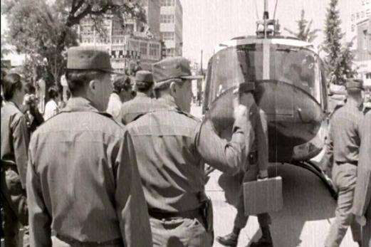 헬기 타고 전남도청 찾은 5·18 군 지휘부 9일 5·18민주화운동기록관은 1980년 5월 기록한 광주항쟁 영상을 공개했다. 기록관이 익명의 수집가로부터 입수한 영상은 1980년 5월 20일부터 6월 1일까지 국군통합병원과 적십자병원 환자 치료 상황, 전남도청 기자회견 등 광주 일대와 근교를 촬영했다. 세상에 처음으로 공개되는 이 영상은 이달 10일부터 30일까지 기록관 3층에서 상영한다. 사진은 1980년 당시 헬기를 타고 전남도청을 찾은 군 지휘부.  5·18민주화운동기록관 제공 영상 캡처