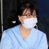 [포토] 최순실씨 '힘없이 휠체어 타고'…부인과 수술 위해 입원