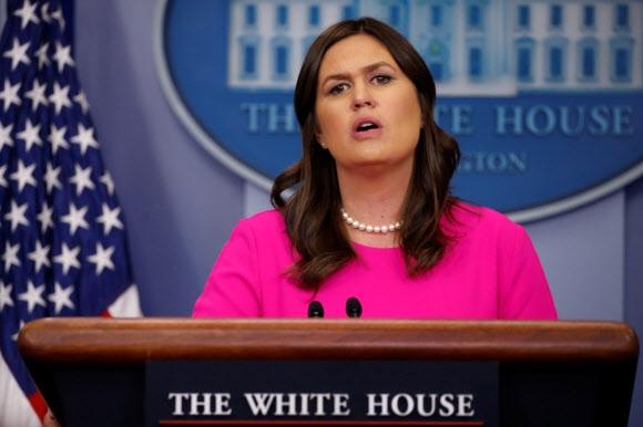 브리핑하는 새라 허커비 샌더스 美 백악관 대변인