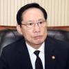 """송영무 """"여성 행동거지 조심"""" 발언 논란에 공식 사과"""