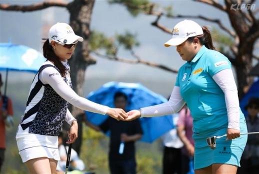 지난해 두산 매치플레이 챔피언십 결승전을 치른 박인비(오른쪽)와 김자영. 준우승에 그친 박인비가 올해 '매치 퀸'에 오를지 골프팬들의 이목이 집중되고 있다.  한국여자프로골프 제공