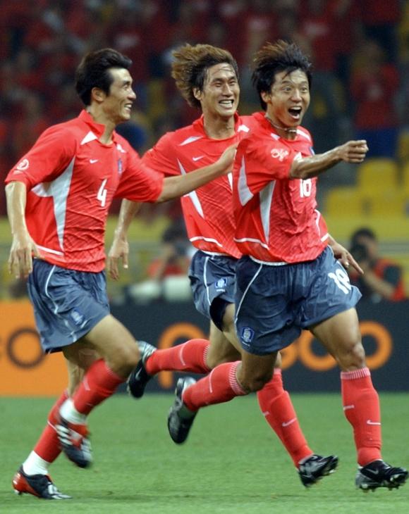 황선홍(오른쪽)이 2002년 한일월드컵 폴란드전에서 월드컵 첫 골을 넣은 뒤 환호하며 그라운드를 내달리고 있다. [서울신문 DB]