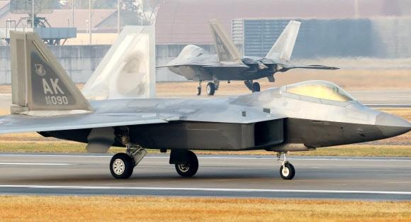 한미 연합공중훈련인 '비질런트 에이스'(Vigilant Ace) 훈련 첫 날인 4일 오전 광주 공군 제1전투비행단 활주로에서 미군의 F-22 '랩터' 전투기가 임무를 마치고 착륙해 격납고로 이동하고 있다. 2017.12.4 연합뉴스