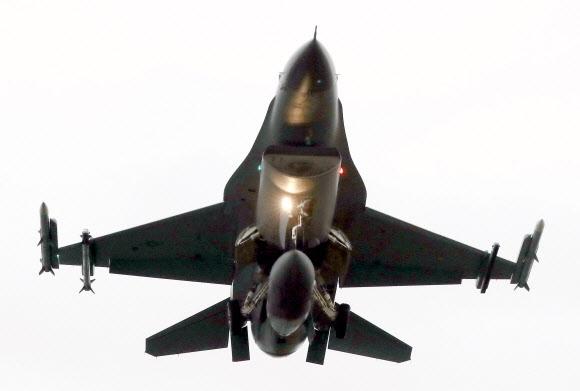 상공에 뜬 미 공군 F-16