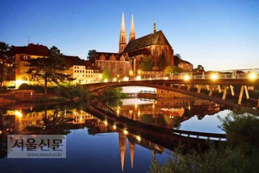 폴란드 쪽에서 본 괴를리츠 야경. 두 개의 첨탑이 솟은 건물은 괴를리츠의 랜드마크인 성 베드로 교회다. 이 일대에 니콜라이 츠빙거 등 볼거리가 많다.