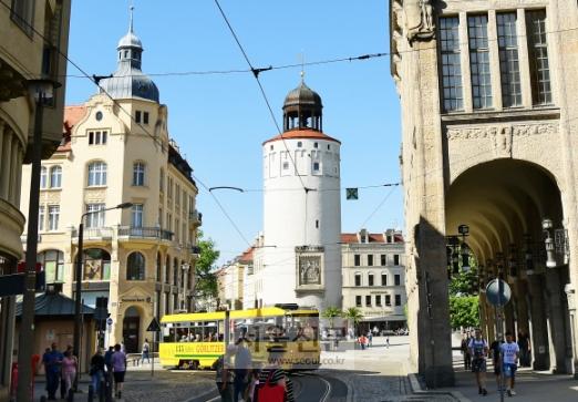 옛 건물이 밀집된 괴를리츠 시내. 가운데 둥근 타워는 디케르 투름이다.