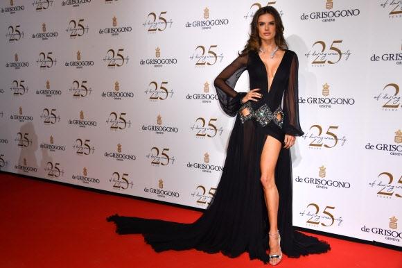 모델 알레산드라 앰브로시오가 15일(현지시간) 프랑스 앙티브에서 열린 제71회 칸 국제영화제 드 그리소고노 파티에 참석해 포즈를 취하고 있다. AFP 연합뉴스
