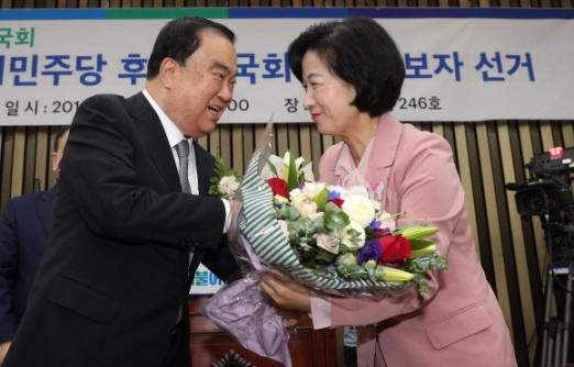 더불어민주당 국회의장 후보자로 뽑힌 문희상(왼쪽) 의원이 16일 서울 여의도 국회에서 추미애(오른쪽) 대표의 축하를 받고 있다. 이종원 선임기자 jongwon@seoul.co.kr