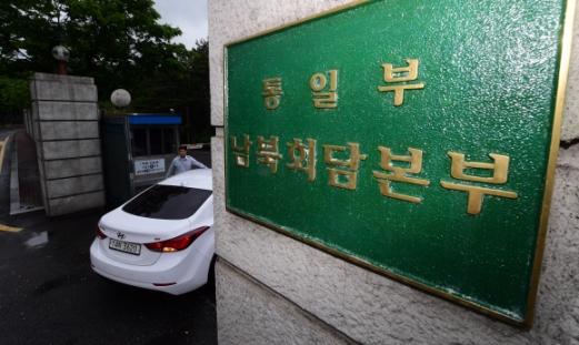 썰렁한 남북회담본부  서울 종로구 삼청동 남북회담본부 정문으로 16일 차량이 출입하고 있다. 북한이 이날로 예정된 남북 고위급회담을 일방적으로 무기한 연기하면서 주변은 한산한 모습이었다. 정연호 기자 tpgod@seoul.co.kr