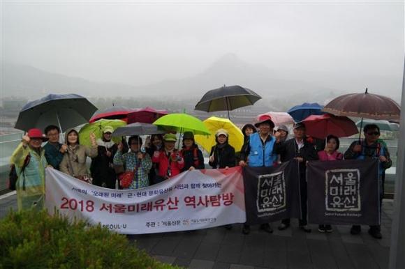 조망 명소인 대한민국역사박물관 8층 옥상에서 참가자들이 기념사진을 찍고 있다. 이날 비 때문에 뒤로 백악산과 경복궁의 실루엣이 아스라하다.