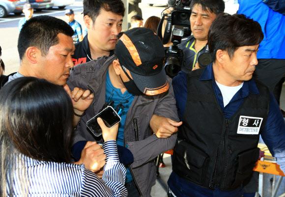 경찰서로 압송된 제주 보육교사 살해 피의자